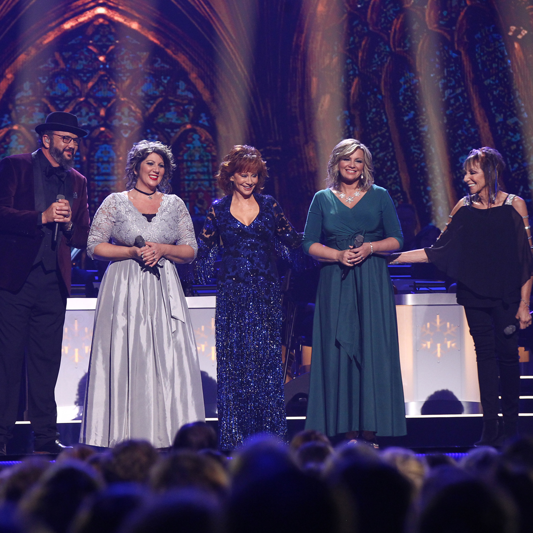 Cma Country Christmas.Tune In The Isaacs Perform With Reba On Cma Country